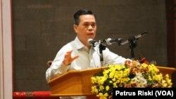 Prof. Dr. Tjipta Lesmana berbicara mengenai Relevansi Makar pada Era Reformasi di Surabaya (Foto:VOA/Petrus Riski).