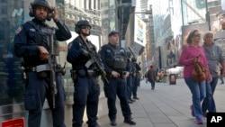 Anggota unit anti-teror polisi kota New York (NYPD) melakukan patroli di kawasan Times Square, Manhattan, Jumat (4/11).