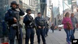(资料图)纽约市警局反恐小队2016年11月4日在时代广场巡逻。