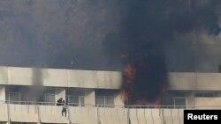 Čovek pokušava da pobegne sa balkona hotela Interkontinental u Kabulu