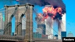 ورلڈ ٹریڈ سینٹر کے دونوں ٹاور یک بعد دیگرے طیارے ٹکرانے کے بعد شعلوں کی لپیٹ میں ہیں۔ 11 ستمبر 2001