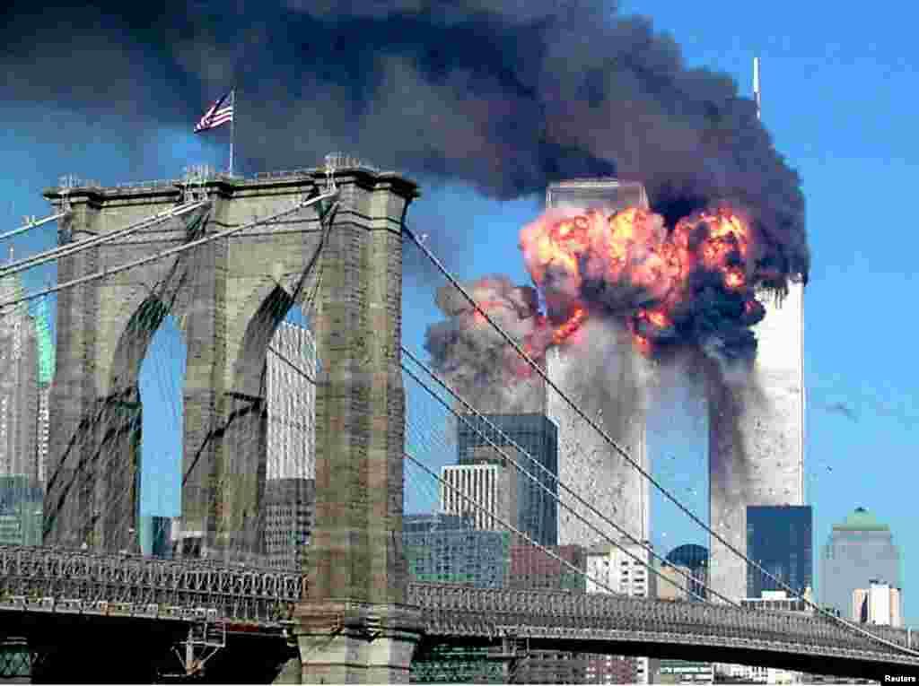 نمای از آتش سوزی در ساختمان های مرکز تجارت جهانی از پُل بروکلن در شهر نیویارک