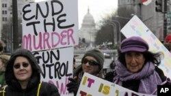 미국 워싱턴의 국회 의사당 앞에서 총기 규제를 옹호하는 사람들이 시위를 벌이고 있다. (자료사진)
