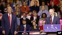 제임스 매티스 미국 국방장관 내정자가 6일 노스 캐롤라이나 주 페이엇빌에서 지지자들을 향해 연설하고 있다. 왼쪽은 도널드 트럼프 미국 대통령 당선인.