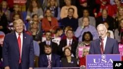 Presiden Amerika Serikat terpilih Donald Trump (kiri) mendengarkan pidato Jenderal Marinir James Mattis yag dipilihnya sebagai calon Menteri Pertahanan AS dalam rapat akbar di Fayetteville, North Carolina, 6 Desember 2016. (AP Photo/Gerry Broome)