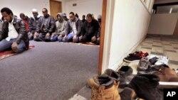 Иммигранты из Сомали во время коллективной молитвы в Форте-Моргане (штат Колорадо)