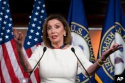 លោកស្រី Nancy Pelosi ថ្លែងទៅកាន់អ្នកសារព័ត៌មាន ខណៈដែលលោក Joseph Maguire ប្រធានស្ដីទីនៃទីភ្នាក់ងារស៊ើបអង្កេតជាតិ ធ្វើសក្ខីកម្មនៅរដ្ឋសភាតំណាងរាស្ត្រ កាលពីថ្ងៃទី២៦ ខែកញ្ញា ឆ្នាំ២០១៩។