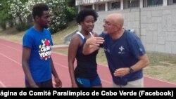Keula Nidreia Semedo, corredora paralímpica de Cabo Verde (cen), com o guia Manuel António da Veiga, (esq) e um técnico