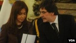 El nuevo ministro de Educación, Alberto Sileoni, dijo que el manual es usado para fomentar el debate y la formación de los docentes.