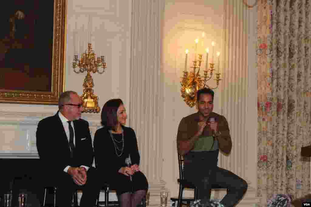 Durante el taller de la historia de la música latina y su aporte a la cultura estadounidense el ex líder de Aventura, Romeo Santos dijo que empezó a cantar por una mujer.