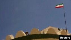 Seorang polisi Iran sedang berjaga di menara pengawas di perbatasan Iran-Afghanistan dekat Zabol, 1,605 kilometer tenggara Teheran (Foto: dok). Kawanan pria bersenjaa telah membunuh 14 penjaga Iran di perbatasan dengan Pakistan, Jumat (26/10).