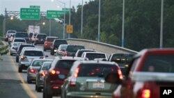 Οι Έλληνες επιστρέφουν τις πινακίδες κυκλοφορίας των οχημάτων τους