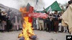 Celalabad'da Başkan Obama'nın maketini yakan Afgan göstericiler