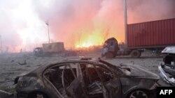중국 톈진의 물류창고에서 수차례 폭발이 발생한 가운데 13일 사고 현장에 불길이 치솟고 있다.