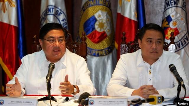 Thứ trưởng Quốc phòng Philippines Pio Lorenzo Batino (phải) nói các diễn tiến 'lấp biển lấy đất' của Trung Quốc tại bãi đá Chữ Thập là 'mối quan ngại rất nghiêm trọng'.