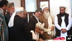 افغانستان میں صدر اشرف غنی اور عبداللہ عبداللہ کے درمیان سیاسی چپقلش جاری ہے۔ (فائل فوٹو)