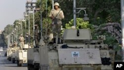 Tentara Mesir berkendaraan lapis baja berjaga di sekitar istana presiden di Kairo, Mesir (11/7).