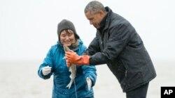 Predsednik Obama sa ribarima u gradu Dilingem, Aljaska