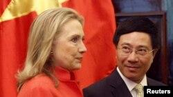 越南外交部長范平明(右)與美國國務卿克林頓7月10日在河內