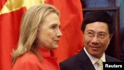 Ngoại trưởng Hoa Kỳ Hillary Clinton và Bộ trưởng Ngoại giao Việt Nam Phạm Bình Minh tại Hà Nội, ngày 10/7/2012