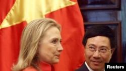 越南外交部部長範平明和美國國務卿希拉里•克林頓星期二在河內
