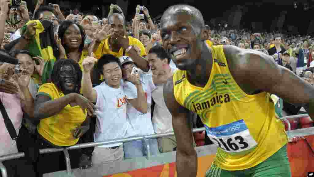 Usain Bolt arrive décontracté sur le 100m des Jeux olympiques de Pekin, pour sa deuxième participation, le 16 août 2008.