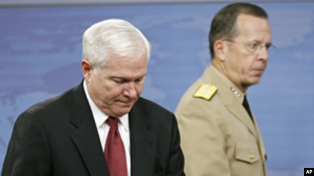Secretary of Defense Robert Gates (l) and Chairman of the Joint Chiefs of Staff Adm. Mike Mullen at the Pentagon, June 16, 2011