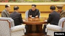 지난 9월 북한 김정은 노동당 위원장이 노동당 중앙위원회 정치국 상무위원회를 열고 관계자들과 6차 핵실험 결정을 논의하는 모습을 조선중앙통신이 보도했다.
