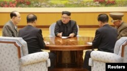 지난달 3일 북한 노동당 중앙위원회 정치국 상무위원회에서 김정은 국무위원장이 관계자들과 6차 핵실험 결정을 논의하고 있다.