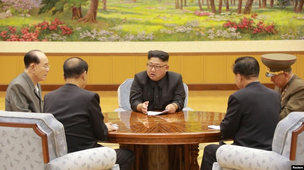 朝中社2017年9月4日發布的這張沒有標註日期的照片顯示朝鮮領導人金正恩和勞動黨中央政治局常委開會。