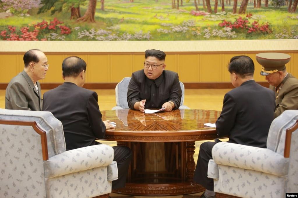 朝中社2017年9月4日发布的这张没有标注日期的照片显示朝鲜领导人金正恩和劳动党中央政治局常委开会。