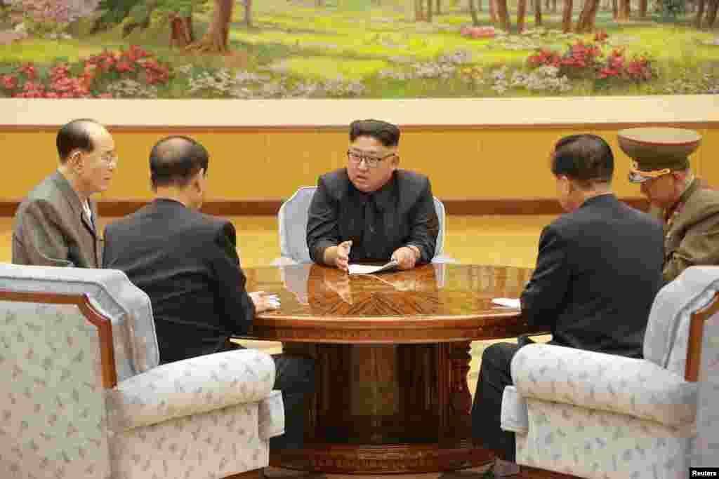 지난 3일 북한 노동당 중앙위원회 정치국 상무위원회가 열렸다고 조선중앙통신이 보도했다. 북한 김정은 노동당 위원장이 관계자들과 6차 핵실험 결정을 논의하고 있다.