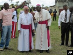 Dom José Queiroz, bispo do Huambo (esq.) com o Núncio Apostólico em Angola, Novatus Rugambwa