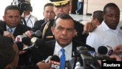 El presidente hondureño Porfirio Lobo habla con los medios. El fin de semana amenazó con enviar aviones para abrirse paso en el Golfo de Fonseca.