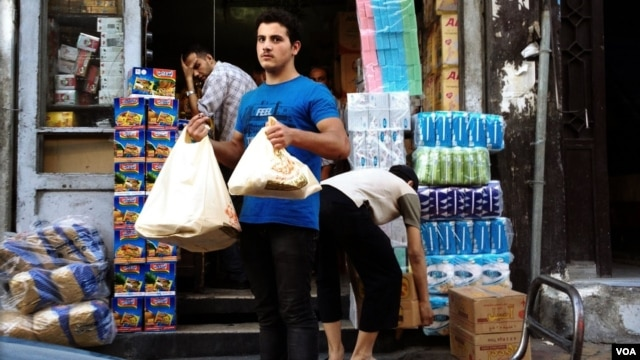 As fighting continues in and around Damascus, shops remain open and life appears surprisingly normal, September 27, 2012. (Yuli Weeks/VOA)