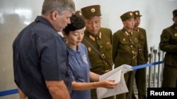 지난달 27일 북한 원산에서 미 국방부 산하 전쟁포로·실종자 확인국(DPAA)의 존 버드 감식소장과 진주현 박사가 북한이 제공한 미군 유해 송환 관련 서류를 살펴보고 있다.