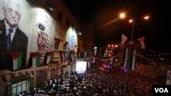 Ribuan warga Palestina berkumpul di pusat kota Hebron, Tepi Barat untuk menonton Presiden Mahmoud Abbas berpidato di Majelis Umum PBB (23/9).