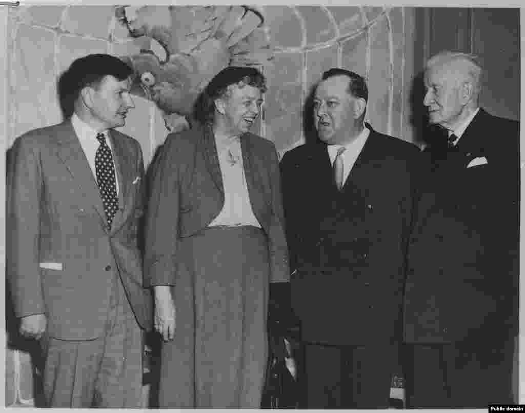 1953年10月24日,大卫·洛克菲勒,美国前总统罗斯福的夫人,联合国首任秘书长,和IBM公司领导人沃森合影(罗斯福总统图书馆图片)