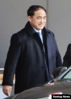 지난달 28일 항공편으로 중국 베이징에 도착한 북한 리길성 외무성 부상. 교도통신은 이번 방문이 중국과의 대화를 위한 것이라고 전했다.