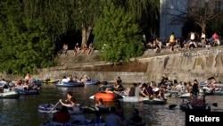 Almanya'da önlemlerin hafifletilmesinin ardından halk hafta sonunda botlarla kanallarda gezerek güzel havanın tadını çıkarmıştı.