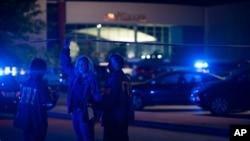 Des policiers devant le cinema de Lafayette, 23 juillet 2015
