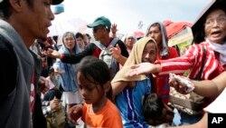 救援人员向排队的台风灾民分发饼干