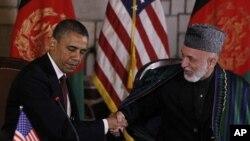 '전략적 동반자관계' 협정에 서명하기 이전에, 공식 성명을 발표하고 악수하는 바락 오바마 미 대통령(왼쪽)과 하미드 카르자이 아프간 대통령.