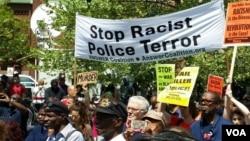 民众打着反对种族歧视和警察暴力的标语在巴尔的摩游行.(2015年5月2日)