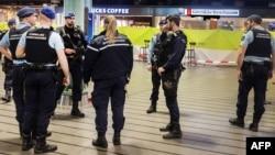 네덜라드 암스테르담 스히폴 공항에서 괴한이 흉기 난동을 부리다가 헌병의 총에 맞은 사건이 발생한 후, 무장한 경찰관들이 공항 내부를 순찰하고 있다.