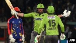 لاہور قلندرز کی ٹیم نے بین ڈنک کے 12 چھکوں سے سجی 99 رنز کی اننگز کی بدولت 187 رنز کا ہدف بآسانی 2 وکٹوں پر حاصل کیا۔
