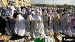 تہران کی جامع مسجد امام حمینی میں خواتین عید کی نماز ادا کر رہی ہیں۔ فائل فوٹو