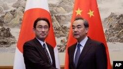 4월 30일 중국 베이징에서 만난 왕이 중국 외교부장과 기시다 후미오 일본 외무상