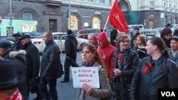 2012年俄共在莫斯科舉行十月革命節遊行時,共產黨的年輕支持者手舉標語希望能生活在蘇聯。 (美國之音白樺拍攝)