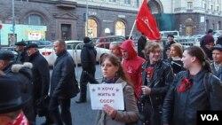 2012年俄共在莫斯科举行十月革命节游行时,共产党的年轻支持者手举标语希望能生活在苏联。(美国之音白桦拍摄)
